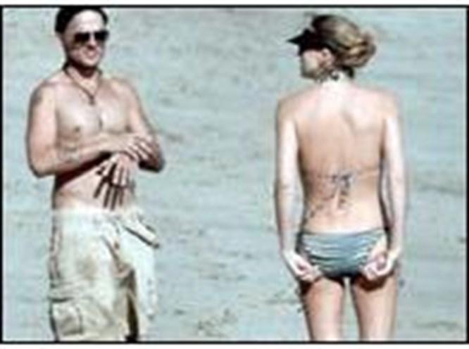 Charlize Theron bikinisiyle yakalandı